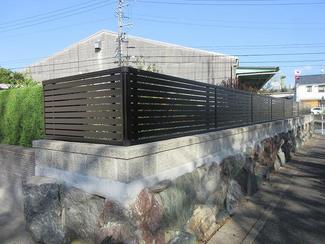守山区 H様 目隠しフェンス 三協アルミ エクモア7型 H800 20m 植栽撤去・処分