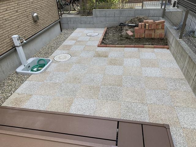 尾張旭市 庭の防草対策 300×300×60 ユニソン ブリック 市松模様