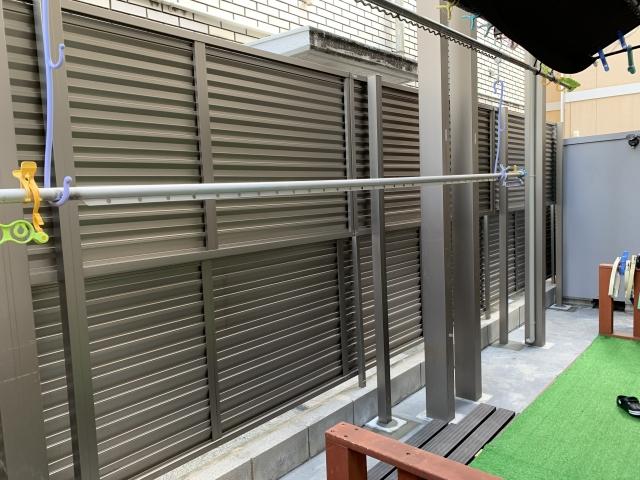 尾張旭市 目隠しフェンス 高さ2.0m 三協 レジリアYL1型 2010 2段フリー支柱 60角 22用  色アーバングレー