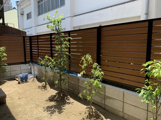 守山区 目隠しフェンス 三協アルミ シャトレナM1型 H1.2m(チェリーウッド+ダークブロンズ)